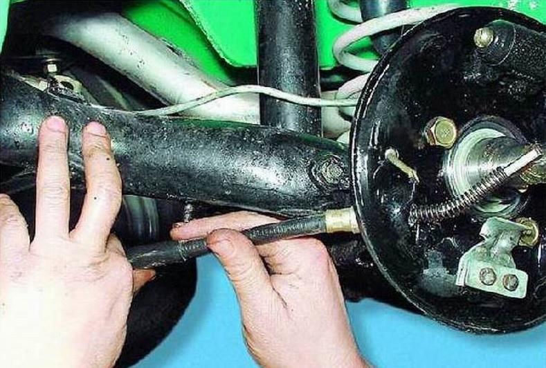 Фото №1 - замена тросика ручника ВАЗ 2110