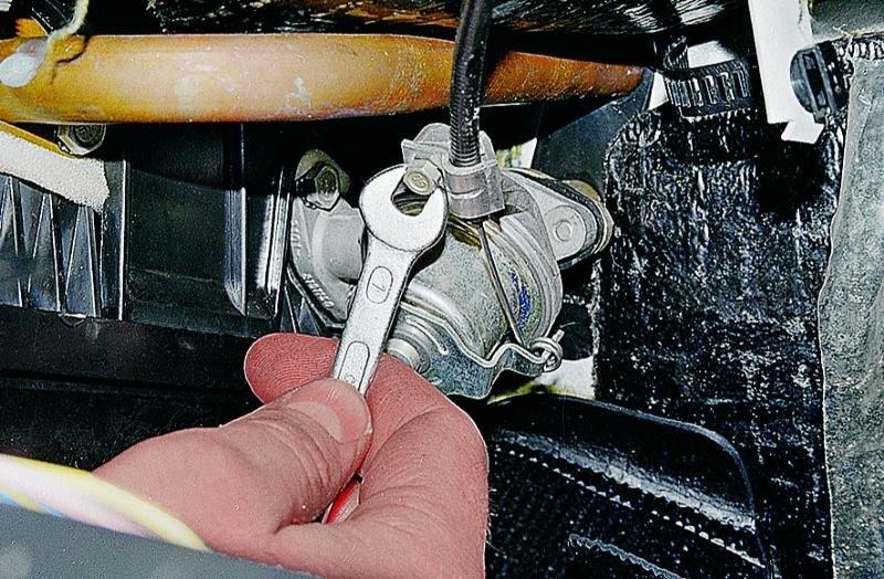 Гайка на 7 держащая трос управления краном отопителя