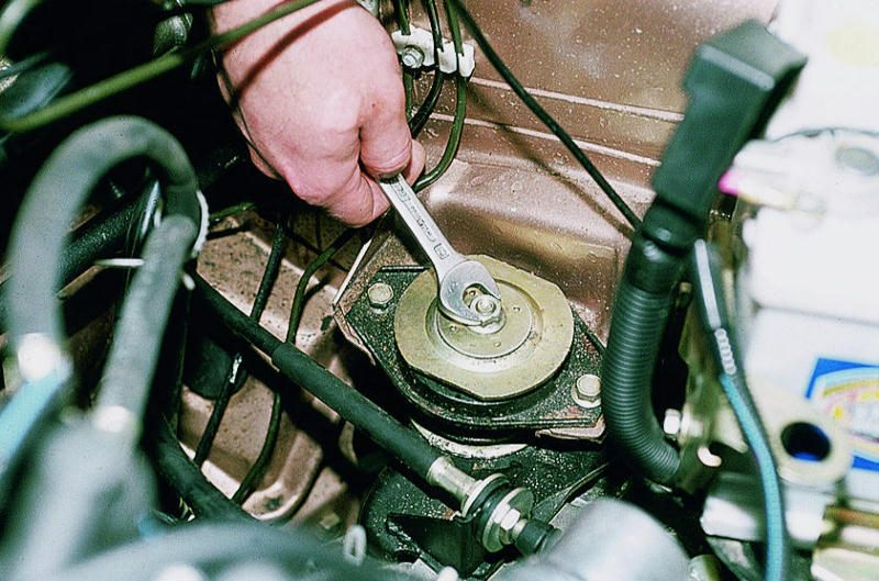 Левая боковая опора двигателя