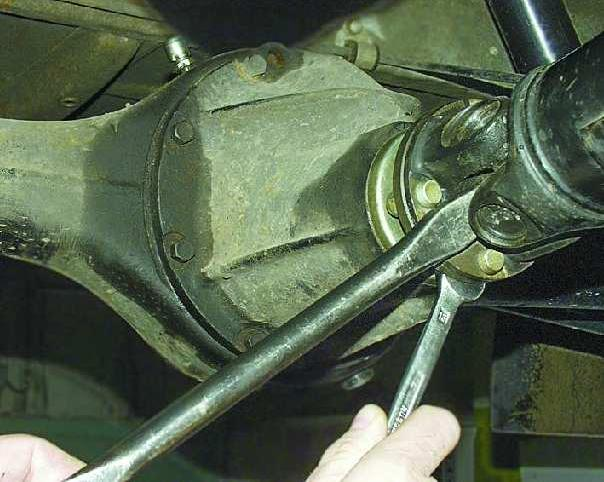 Снять кардан с редуктора заднего моста