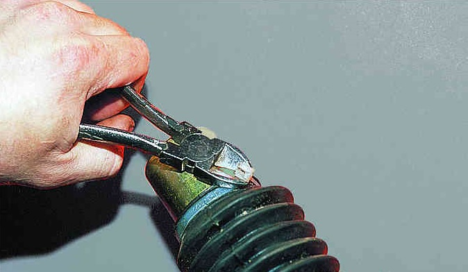 Снять резиновую заглушку