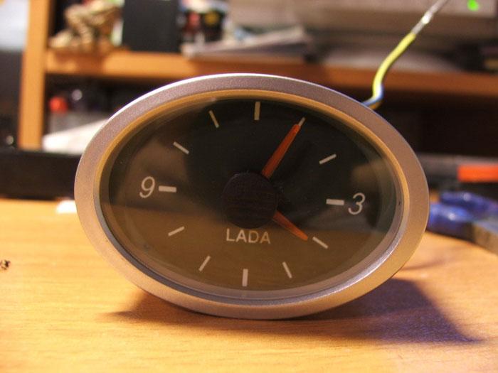 Часы на центральной консоли