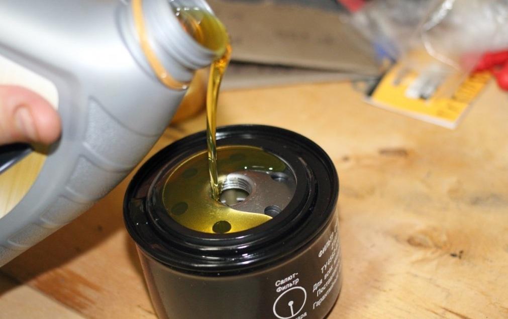 Наполняем масляный фильтр